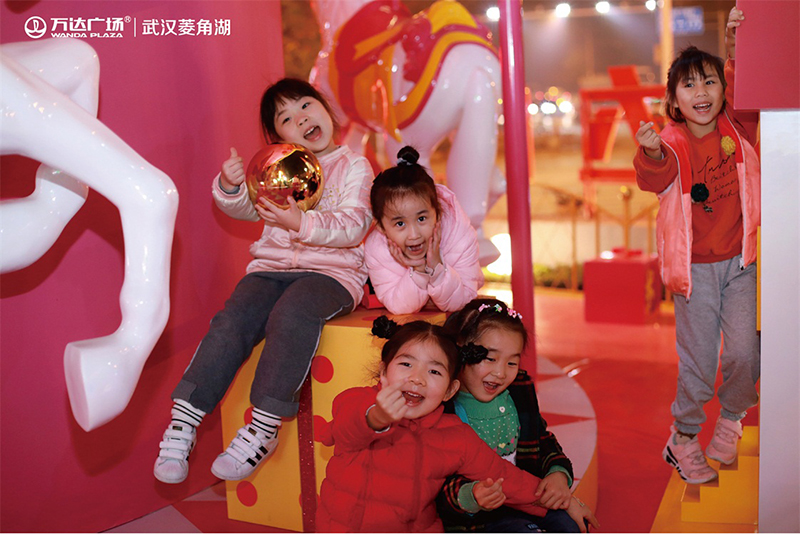 118武汉菱角湖万达广场商业街猪年DP美陈